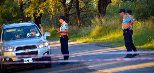 Policia dando indicaciones por corte