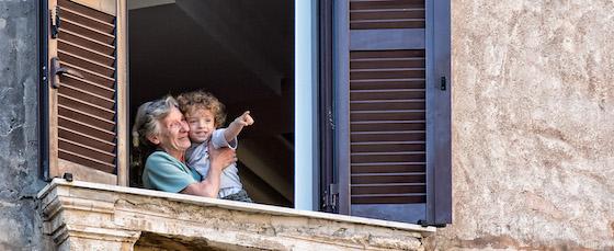 Criança e avó na janela e Roma - foto: Greg Ness