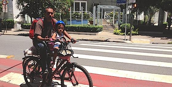 pai-leva-filhos-em-bicicleta