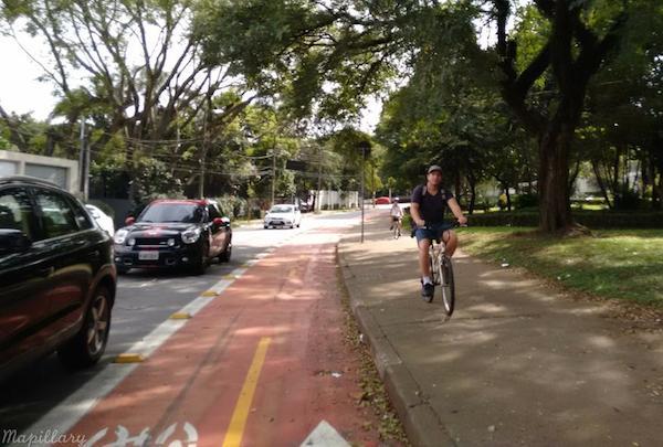 Pai ciclista prefere a calçada. foto via Mapillary