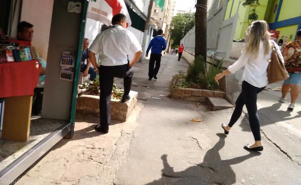 Barreiras para pedestres em travessa - foto via Mapillary