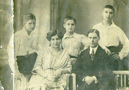 Эмилия Соломоновна и Захар Давыдович Трауберги с сыновьями Виктором, Ильей и Леонидом. ~1916