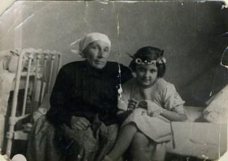 Гликерия Яковлевна Буянова (няня) и Наташа Трауберг. Ленинград, 1934