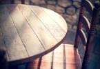 日が落ちたテーブル席