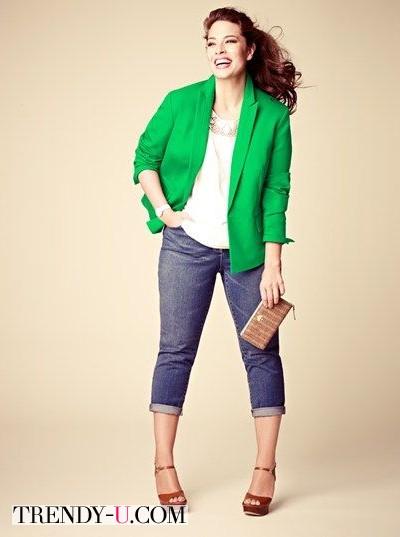 Ярко-зеленый пиджак и джинсы на полной стильной девушке
