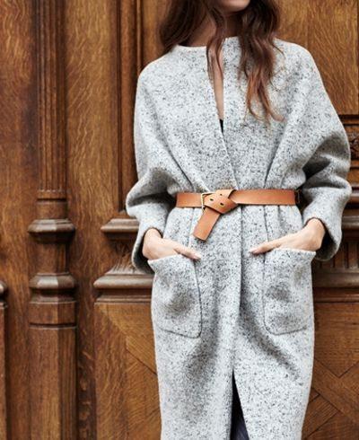 Серое шерстяное пальто. Коричневый кожаный ремень.