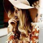 Шляпа и платье в стиле 70-х