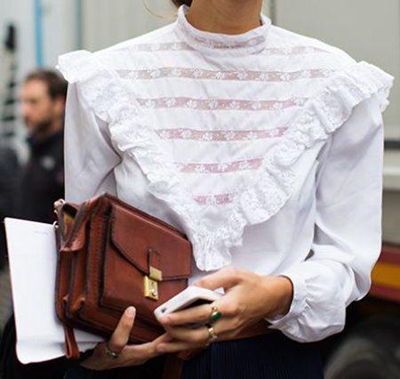 Белая блузка с кружевной кокеткой