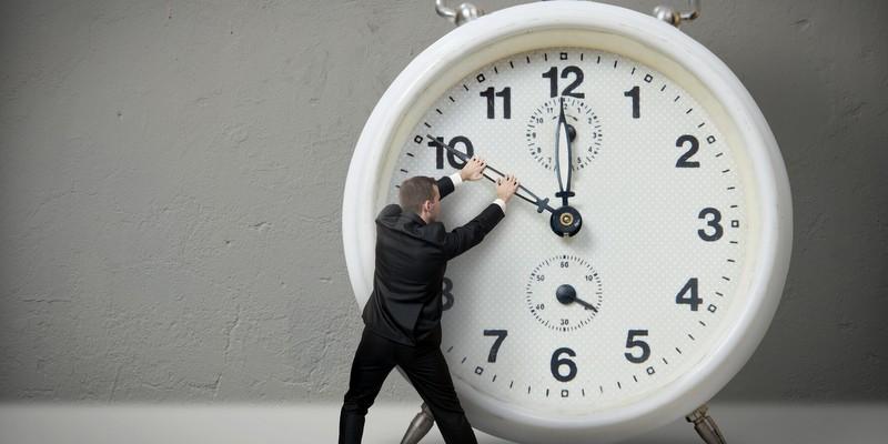 Creative_Wallpaper_Man_keeps_the_clock_105900_