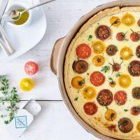 bunte tomatenquiche mit knusprigem parmesanboden und ziegenfrischkäsefüllung