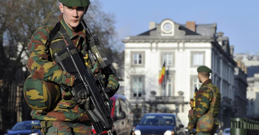 Belgian soldiers guard outside the U.S. Embassy in Brussels near the Belgian Parliament January 17, 2015. Belgium is deploying hundreds of troops to guard potential targets of terrorism, including Jewish sites and diplomatic missions, following a series of raids and arrests, the defence minister said on Saturday. REUTERS/Eric Vidal (BELGIUM - Tags: CRIME LAW MILITARY) - RTR4LT33