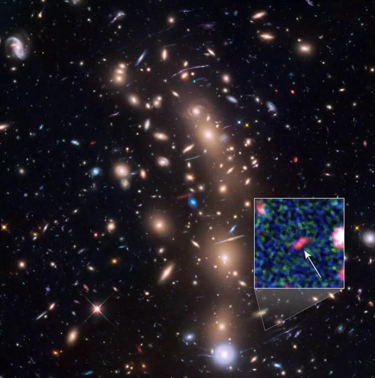 galaxie lointaine tayna amas galaxies spatial télescope hubble nasa
