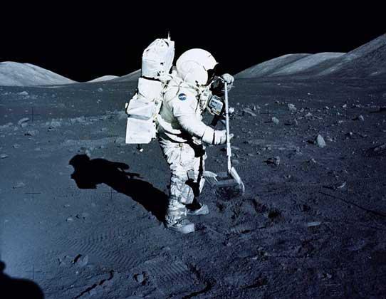 """Астронавт собирает образцы лунного грунта во время экспедиции """"Аполлона-17"""""""