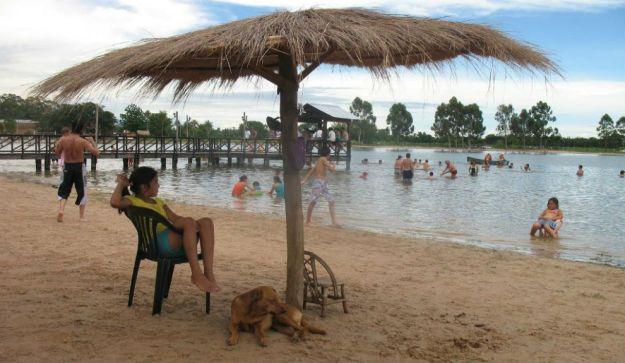 """En Mburucuyá, """"la cuna del chamamé"""" el Complejo Municipal Laguna Limpia ofrece playas, camping y aguas tranquilas."""