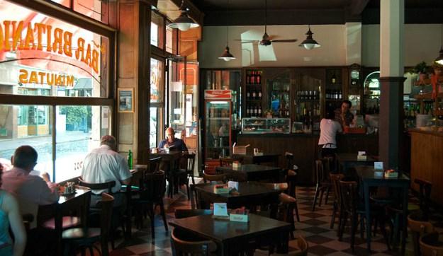 El Bar Británico está emplazado en la esquina de Brasil y Defensa, frente al Parque Lezama, en el tradicional barrio de San Telmo.