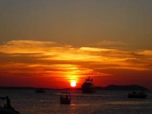 sunset mais lindo de Ibiza sant antoni de portmany, imperdível reserve uma mes no famoso café del mar