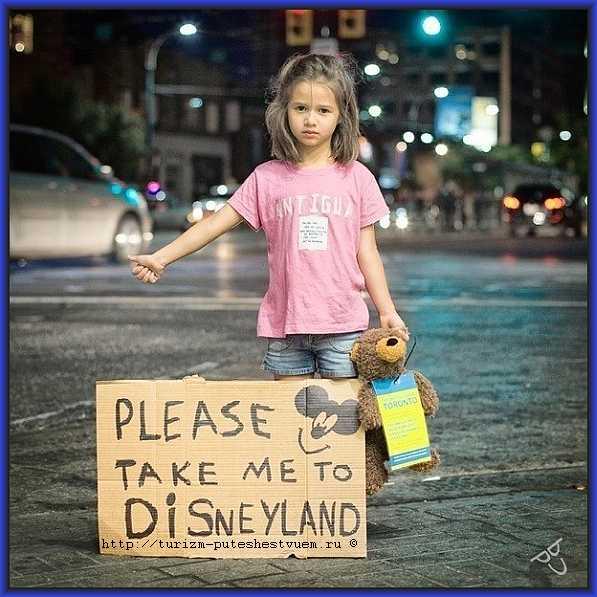 девочка едет в лучший атракцион мира диснейленд  - фото
