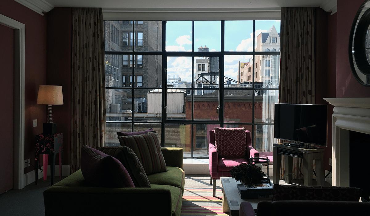 Det blir ikke mer New York enn dette! Bildet er fra stuen på hotellrommet.