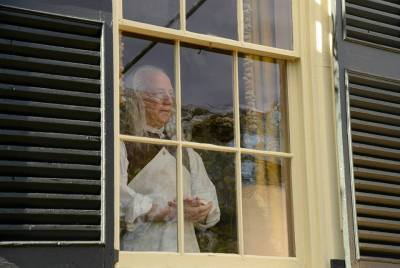 """Benjamin Franklin looks out the window in the """"Tempus Fugit"""" episode of Sleepy Hollow"""