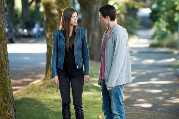 "The Tomorrow People -- ""Girl Interrupted"" -- Image Number: TP103b_0062.jpg -- Pictured (L-R): Peyton List as Cara and Robbie Amell as Stephen--  Photo: Cate Cameron/The CW --  ©2013 The CW Network, LLC. All rights reserved."