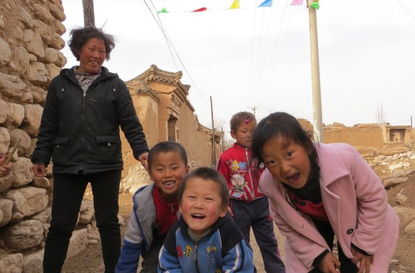 Children in Wangliangzhuang village near Yu Xian