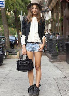3黒のテーラードジャケット×デニムショートパンツ×ハット