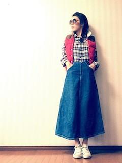 10赤のダウンベスト×チェックシャツ×マキシ丈デニムスカート