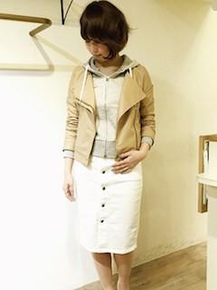 2ベージュのレザージャケット×パーカー×白タイトスカート