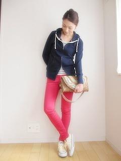 2赤パンツ×紺ジップパーカー×ハンドバッグ
