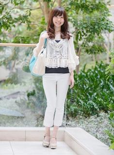 3白パンツ×レーストップス×水色ハンドバッグ