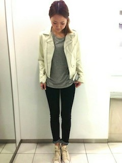 4白のレザージャケット×黒デニム×グレーTシャツ