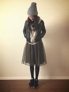 8黒レザージャケット×白パーカー×シフォンスカート