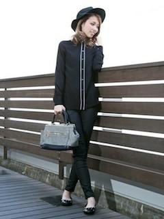 1黒シャツ×デニム×帽子
