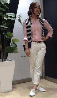 10ピンクシャツ×白パンツ×ボーダー柄カーデ