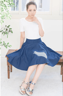 10フレアスカート×白Tシャツ×花柄サンダル