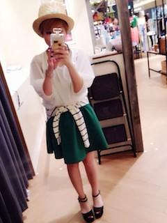 3緑フレアスカート×白ブラウス×ボーダーカーディガン