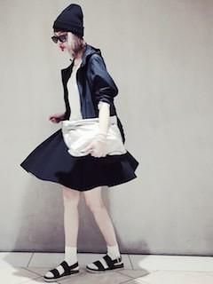 4黒フレアスカート×ナイロンパーカー×黒ニット帽子