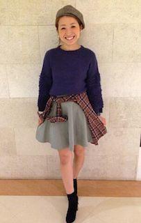 8グレーフレアスカート×青色のニット×チェックシャツ