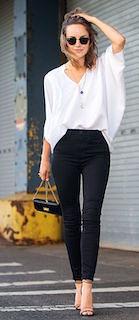 1夏サンダル×白ブラウス×黒パンツ