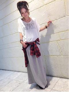 2グレーのマキシ丈スカート×赤チェック柄シャツ