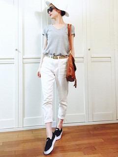 10黒のスリッポン×グレーのTシャツ×白パンツ