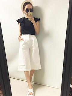 1黒Tシャツ×白ガウチョパンツ