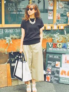 2黒Tシャツ×ベージュワイドパンツ