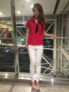 9赤のポロシャツ×白デニムパンツ×ヒール