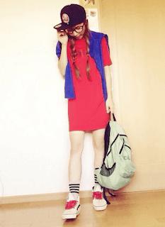 3赤Tシャツ×青カーデ×キャップ