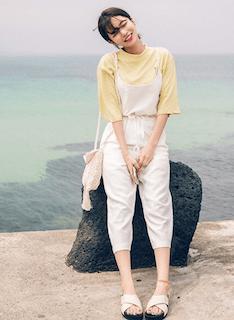 5黄色Tシャツ×白サロペット
