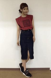 6赤Tシャツ×デニムタイトスカート