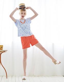 2花柄Tシャツ×オレンジショートパンツ