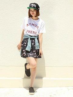 6黒のスリッポン×ミニスカート×プリントTシャツ