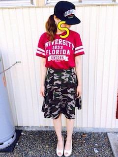 8赤Tシャツ×カモフラ柄スカート